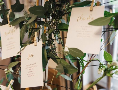Wie man Gäste auf einer Hochzeit platziert: Tipps zur Erstellung eines Sitzplans